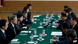 2014년 3월 중국 베이징 주재 북한대사관에서 열린 북-일 국장급 회담. 북한 송일호 북·일 국교정상화 교섭담당 대사와 일본 이하라 준이치 외무성 아시아대양주 국장이 각각 참석했다.