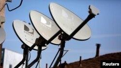 Antenas de DirecTV en una vivienda en California.