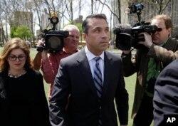 迈克尔•格里姆众议员在纽约一家联邦法庭外对媒体讲话(2014年4月28日)