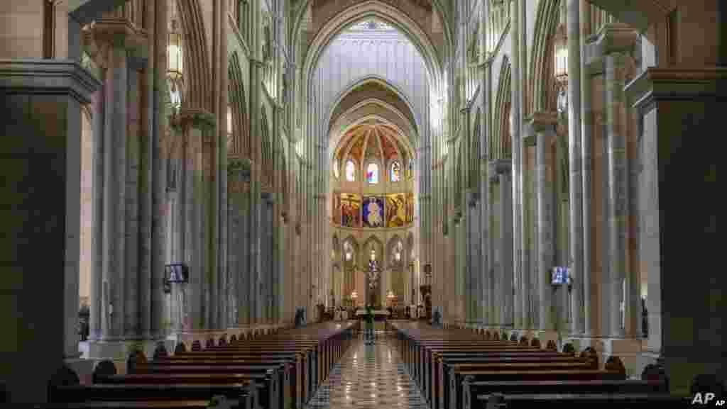 스페인 마드리드 알무데나 대성당에서 신종 코로나바이러스 감염증(COVID-19) 확산 방지를 위해 소수의 사제만 자리를 지킨 가운데 대주교의 주례로 부활절 미사가 진행되고 있다.