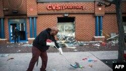 Bạo động bùng ra tại nhiều nơi trong thành phố Baltimore sau đám tang của thanh niên Freddie Gray, khiến nhiều cơ sở kinh doanh và xe cộ bị đốt cháy, nhân viên cảnh sát bị thương và hơn 200 người bị bắt.