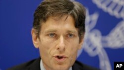 """Trợ lý Ngoại trưởng Mỹ đặc trách nhân quyền-dân chủ-lao động, ông Tom Malinowski nói rằng """"việc bán võ khí cho Việt Nam có liên hệ tới nhân quyền của Hà Nội""""."""