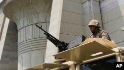 19일 이집트 군인들이 카이로 대법원 주변을 지키고 있다. 이집트 군부는 추가 폭력 사태를 용납하지 않을 것이라고 경고했다.