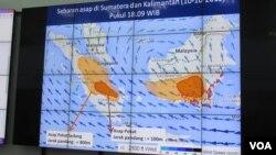 Tampilan layar lebar sebaran asap di Sumatera dan Kalimantan di kantor BNPB, Minggu, 11 Oktober 2015. (VOA/Andylala)
