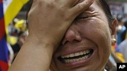 Phụ nữ Tây Tạng lưu vong bật khóc trong cuộc biểu tình tại New Delhi, Ấn Ðộ