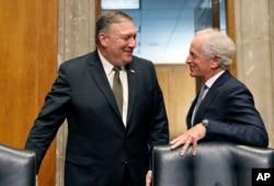 El secretario de estado designado, Mike Pompeo, actual director de la CIA, conversa con el presidente de la Comisión de Relaciones Exteriores del Senado, Bob Corker, durante un descanso en la audiencia de confirmación del primero. Abril 12 de 2018.