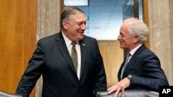 在美国参议院外交关系委员会的听证会的间歇时间,候任国务卿蓬佩奥与外委会主席鲍勃·科克交谈(2018年4月12日)