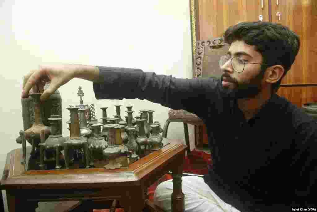 یہ نوادرات نوجوان محسن فراز کے ہیں جنہیں بچپن سے ہی تاریخی اور قدیم اشیا اپنی جانب متوجہ کرتی تھیں اور وہ اُنہیں جمع کرنے لگے۔