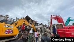 Dua alat berat excavator membantu upaya evakuasi korban yang terjebak di bawah reruntuhan kantor Gubernur Sulbar yang roboh, Jumat (15/1/2021) (Foto : Taufiq Lau/ Pemprov Sulsel).