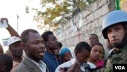 Yon sòlda MINUSTAH (adwat) kap bay sekirite nan yon biwo vòt nan Pòtoprens, Ayiti. 20 mas 2011.(Foto: AP//Ramon Espinosa)