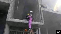 تلاش برای نجات یک کودک از یک ساختمان که هدف حملۀ هوایی طیاره های طرفدار حکومت اسد قرار گرفت است.