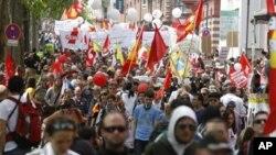 سخت مالیاتی کٹوتیوں کے خلاف یونان، سپین اور پرتگال کے عوام کی حمایت میں فرینکفرٹ میں مظاہرہ