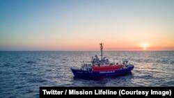 Le navire humanitaire Lifeline avec 233 migrants à bord au large de l'Ile de Malte, 26 juin 2018.