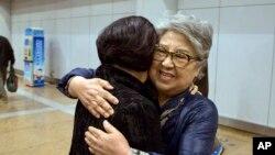 지난 17년간 대북지원 활동을 해오다 북한에서 추방된 미국인 산드라 서(오른쪽)씨가 9일(현지시간) 중국 베이징 서우두 국제공항에 도착, 지인과 포옹하고 있다.