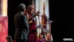 Dalai Lama berbicara dalam forum pendidikan di Vancouver, Kanada (21/10).
