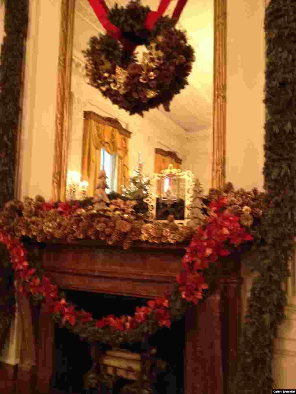 ການຕົກແຕ່ງກະຈົກບານໃຫຍ່ ຢູ່ຫ້ອງຕາເວັນອອກ ຫລື the East Room (White House Christmas Tour, Dec. 22, 2012)