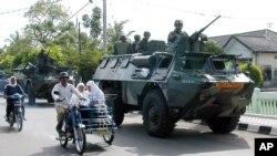 Tentara Indonesia berpatroli di Lhokseumawe, Aceh saat penerapan Daerah Operasi Militer masih berlaku di sana (Foto: dok).