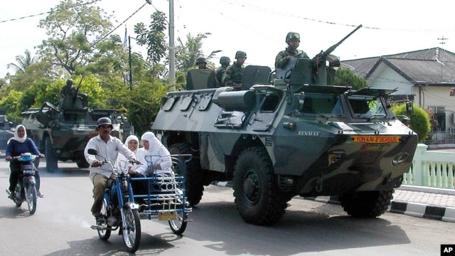 FILE - Indonesian soldiers patrol the streets of Lhokseumawe, Jun. 24, 2003, in the restive province of Aceh, Indonesia.