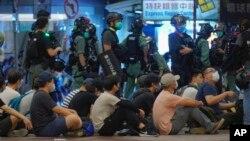 香港主权移交23周年纪念日香港民众游行抗议港版国安法,港警拘捕多名抗议者。(2020年7月1日)