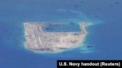 Tàu nạo vét của Trung Quốc trong vùng biển quanh bãi đá Chữ Thập, thuộc quần đảo Trường Sa ở Biển Đông. Trung Quốc đã nhanh chóng lấn biển và xây đảo nhân tạo khắp Biển Đông.
