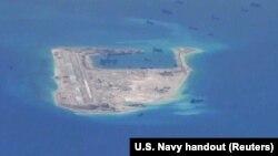 Ảnh tư liệu: Tàu nạo vét Trung Quốc xung quanh Đá Chữ Thập thuộc quần đảo Trường Sa đang tranh chấp ở Biển Đông.