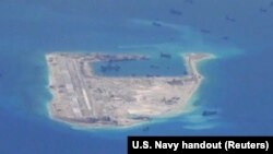 Tàu nạo vét của Trung Quốc trong vùng biển quanh bãi đá Chữ Thập, thuộc quần đảo Trường Sa ở Biển Đông.