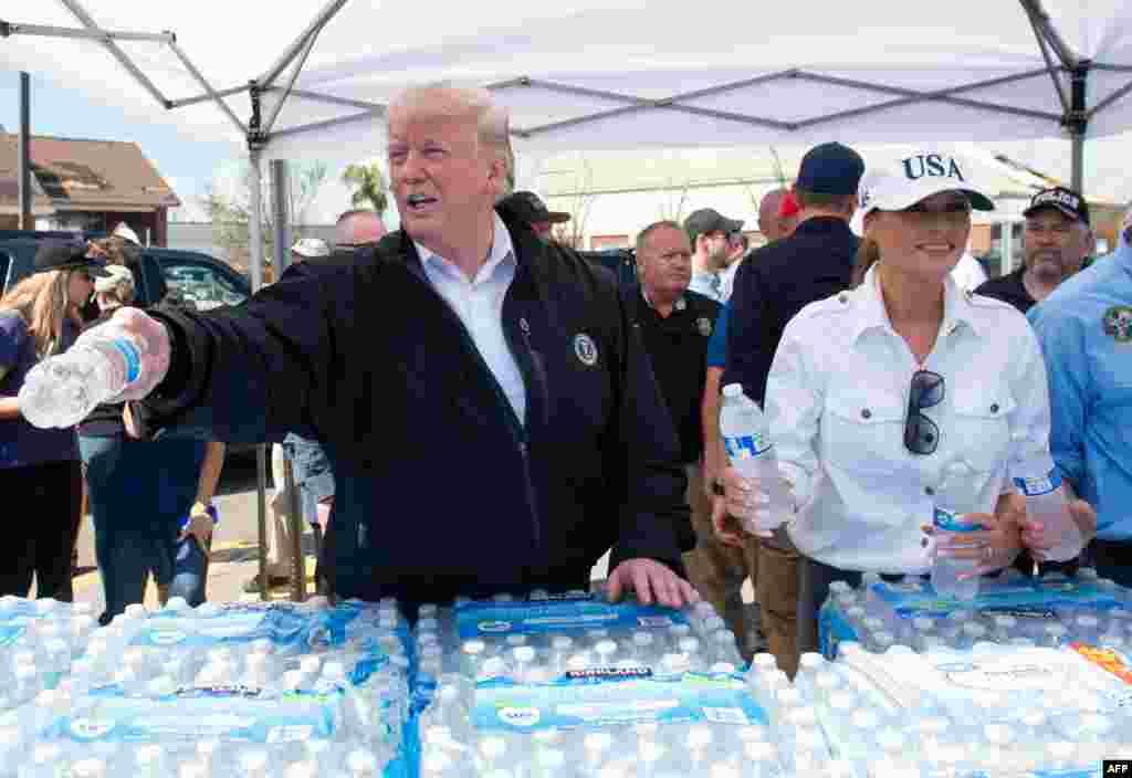 توزیع بطری های آب معدنی توسط پرزیدنت ترامپ و بانوی اول در جریان بازدیدشان از مناطق آسیب دیده ناشی از توفان مایکل در فلوریدا