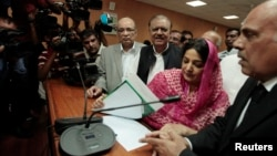 Mamnoon Hussain (tiga dari kanan), capres dari partai Liga Muslim Pakistan tersenyum setelah menyampaikan dokumen pencalonan resminya di Pengadilan Tinggi Islamabad (24/7). MA Pakistan mengubah tanggal Pemilu Presiden menjadi tanggal 30 JUli 2013.