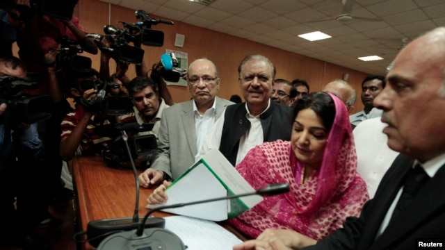 Mamnoon Hussain (3rd R), presidential candidate of the Pakistan Muslim League-Nawaz (PML-N) party, smiles as he submits his nomination papers for the upcoming presidential election at the High Court in Islamabad, July 24, 2013.
