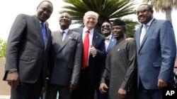 Le président américain Donald Trump pose avec des dirigeants africains, de gauche, le président kenyan Uhuru Kenyatta, le président de l'Union africaine Alpha Condé, le président de la Banque africaine de développement Akinwumi Adesina, le vice-président