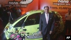 塔塔汽车公司的董事长塔塔与他的公司开发的Nano汽车