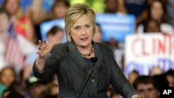 美国民主党总统候选人希拉里·克林顿星期三在北卡罗来纳州罗利市的一次集会上讲话,回击川普。