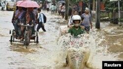 6月26日,印度阿萨姆邦的街道被雨水淹没