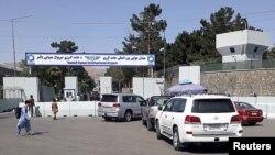 在喀布爾國際機場入口處排隊的載有旅行者的車輛。