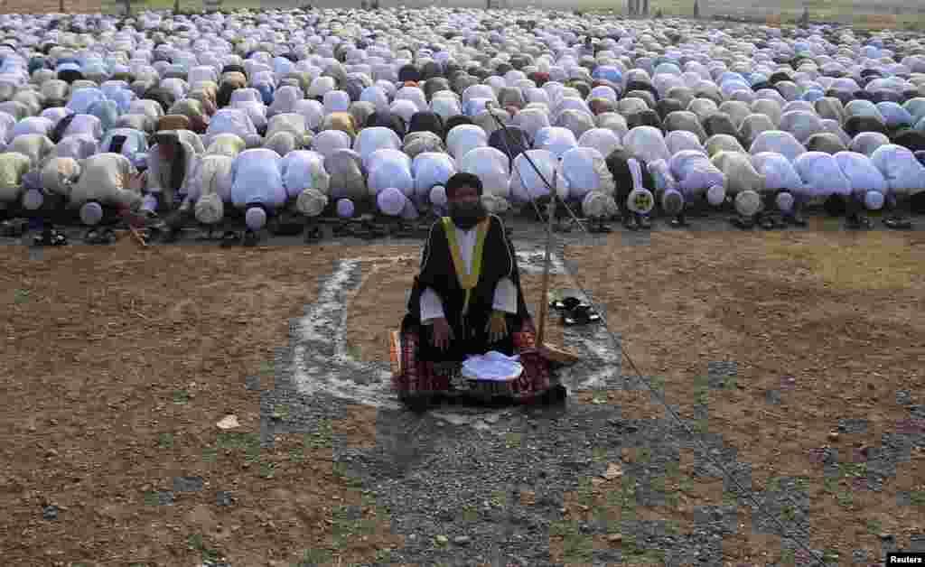 افغانستان کے دارالحکومت کابل میں مسلمان عید الاضحیٰ کی نماز ادا کر رہے ہیں۔