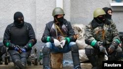 2014年4月13日亲俄罗斯的武装人员坐在斯洛文斯克警察总部附近
