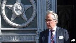 El embajador de Alemania en Rusia, Rudiger Von Fritsch sale del Ministerio de Relaciones Exteriores ruso, luego de asistir a una convocatoria de esa cancillería a embajadores de 23 países para informarles sobre la respuesta de Moscú a la expulsión de sus diplomáticos por el envenamiento de un exespía doble en Inglaterra. Marzo 30, 2018.