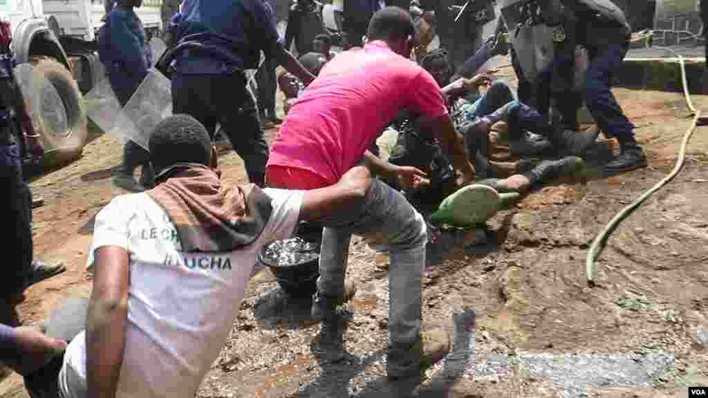 Arrestation d'environ 40 jeunes de la LUCHA à Goma ce Matin du 31 juillet 2017 (VOA/Charly Kasereka)