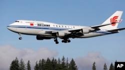 Pesawat Boeing 747-400 milik Air China membawa Presiden China Xi Jinping sebelum mendarat di lapangan Boeing, di kota Everett, dekat Seattle, negara bagian Washington, AS, Selasa (22/9).