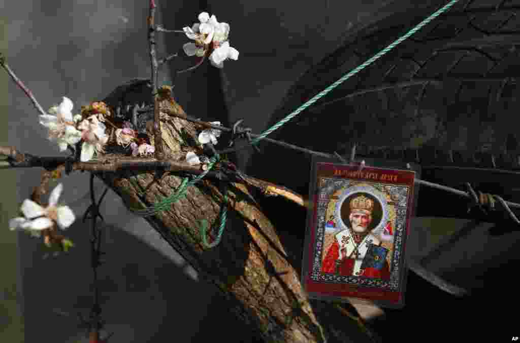 An Orthodox icon is displayed on barricades in front of a city parliament in Slovyansk, Ukraine, April 16, 2014.