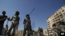 8月1日埃及军事人员站在开罗解放广场被拆除的帐篷前