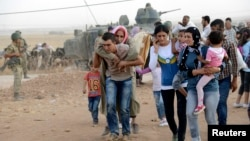 Syrian Kurds arrive in southeastern Turkey September 20, 2014.