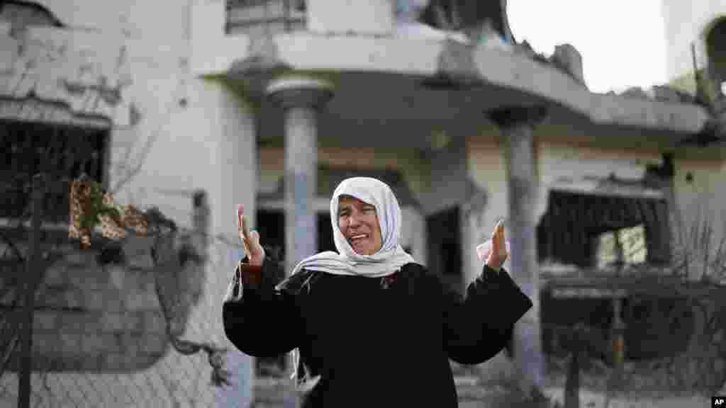 Une Palestinienne pleure devant une maison endommagée par un raid aérien israélien à Beit Hanoun, dans le Nord de la Bande de Gaza