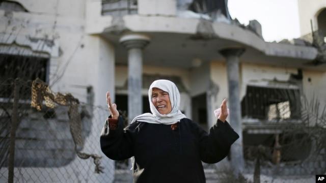 Người phụ nữ Palestine khóc trước căn nhà bị hư hại trong cuộc không kích của Israel ở Beit Hanoun, miền bắc Dải Gaza, 16/11/12