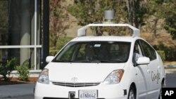 El gobernador de California, Jerry Brown hizo un recorrido al interior de uno de los autos inteligentes en la sede de Google.