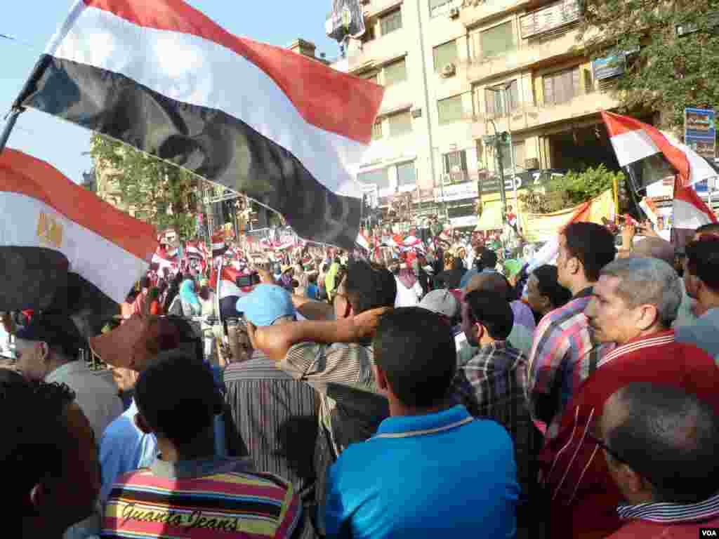 """Hàng ngàn người đổ về Quảng trường Tahrir để đón mừng điều họ gọi là """"Cuộc cách mạng thứ 2"""" của Ai Cập sau khi quân đội lật đổ Tổng thống Mohamed Morsi, 7 tháng 7, 2013. (S. Behn/VOA)"""