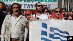 Radnici javnih službi štrajkuju u Atini, 6. novembar, 2012.