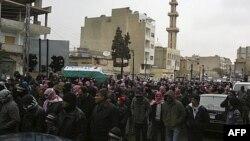 Người biểu tình chống chính phủ dự tang lễ của Omer Al Khateib, người bị binh sĩ bắng chế trước đó trong cuộc biểu tình chống Tổng thống Syria Bashar al-Assad, ngày 17 tháng 2, 2012.
