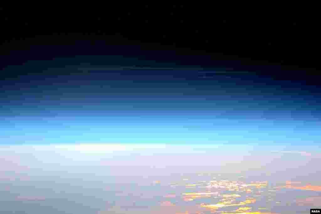 វិស្វករនៅក្នុងជើងដំណើរទៅកាន់អវកាស Expedition 47 លោក Tim Peake នៃទីភ្នាក់ងារអវកាសអឺរ៉ុប បានថតរូបពពកបញ្ចេញពន្លឺពេលយប់ដ៏កម្រមួយពីស្ថានីយអវកាសអន្តរជាតិកាលពីថ្ងៃទី២៩ ខែឧសភា ឆ្នាំ២០១៦។