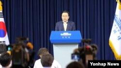 주철기 청와대 외교안보수석이 15일 청와대 춘추관 기자회견장에서 대통령 직속 통일준비위원회 위원장 등 위원을 발표를 하고 있다.